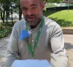 ROBERIO DE OGUM DOA ALIMENTOS A MORADORES DE RUA